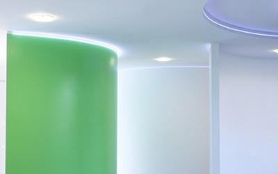 Centro studi Valeo Progettazione di uffici con controsoffitti coibentati. Realizzazione di pareti curve in cartongesso verniciate con resine epossidiche bicomponenti, ed illuminate con illuminazione LED.
