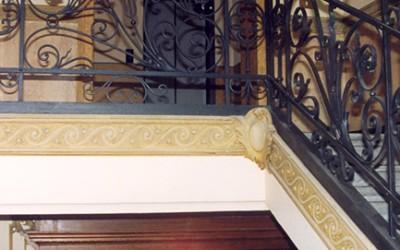 Decorazione di stabili antichi Decorazione di interni con recupero di stucchi antichi, e tinteggiature con calce naturale.